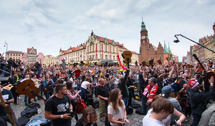 Gitarowy Rekord Guinnessa   Święto gitarzystów na wrocławskim Rynku