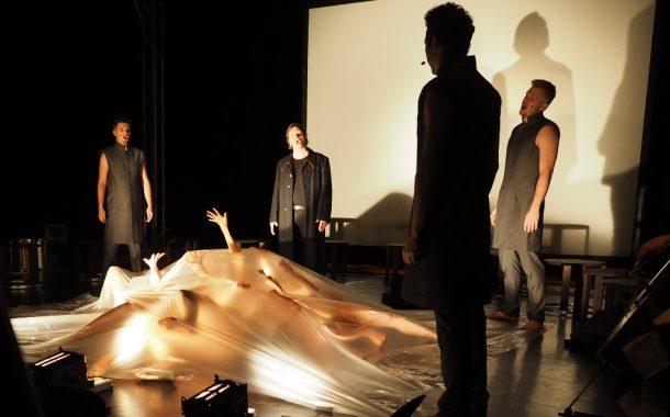 """Nienasycony """"WOJOWNIK"""" w Teatrze Pieśni Kozła - losy kobiet."""
