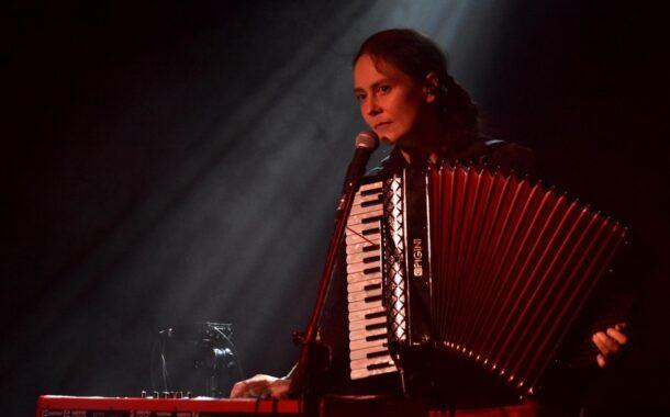 Karolina Cicha z zespołem i z Różewiczem w CK Agora